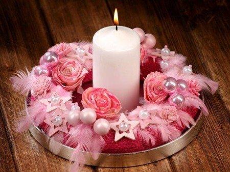 Stroik bożonarodzeniowy różowy  ze świecą.